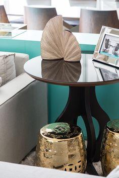 Sala de Estar clean com detalhes em madeira, pedra natural e concreto. RABISCO ARQUITETURA #interiores  #neutro #sancas #forrodegesso #mármorecarrara #clean #iluminaçãoindireta #rabisco #madeira #wood  #pedrapalito #cozinha #integrada #mesadecentro #espelho #tapete #eames #vidro #lamp #metal  #texture #textura #moderno #modern  #dispensa #funcional #tv #saladestar #room  #integrado #marmore #decoração #escada #stair #sofa #pedra #porta  #integração #mesa #cadeira #arte #art