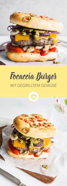 Leckeres Grillgemüse macht es sich mit Pesto und Cheddar zwischen Focaccia gemütlich. Öffne schon mal die Flasche Rotwein, denn der Burger ist im Nu fertig.