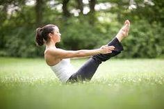 Postura de Yoga: Paripurna Navasana.   La realización de esta asana o postura de yoga recuerda a la forma de una barquita y los brazos extendidos a los remos. La ejecución de esta asana es todo un reto ya que además de un gran equilibrio se precisa de resistencia muscular y de una respiración fluida y profunda muy instaurada ya en el practicante...  #salud #meditacion #yoga #relajacion #health #relax #yogafit