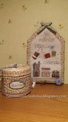 La cestina de los hilos: Etiqueta de costura y algo más... Quilting Projects, Sewing Projects, Projects To Try, Applique Fabric, Needle Book, Fabric Art, Pin Cushions, Vintage Sewing, Diy And Crafts