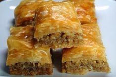 Baklawa - Doce árabe feito a base de massa filo, recheado com uma pasta de nozes trituradas, açúcar e canela, regada com xarope ou mel.