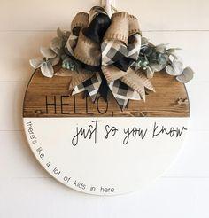Wooden Door Signs, Wooden Welcome Signs, Wooden Door Hangers, Wood Crafts, Diy Crafts, Cricut Craft Room, Cricut Creations, Diy Door, Diy Signs