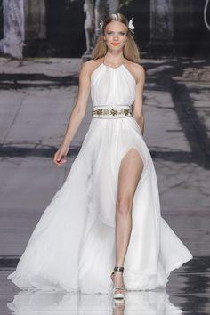 Vestido+largo+estilo+griego+atado+al+cuello+con+cinturón+en+dorado+y+corte+en+la+falda
