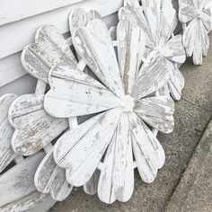 LOVE the North Fork! Barn Wood Crafts, Pallet Crafts, Wooden Crafts, Diy Wood Projects, Fleurs Diy, Wooden Flowers, Wood Cutouts, Craft Sale, Spring Crafts