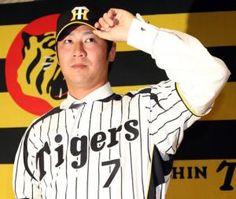 阪神入団発表で背番号7のユニホームに袖を通した西岡剛