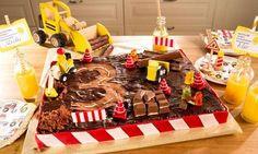 Ein saftiger Schokoladenkuchen mit Kuvertüre und Süßigkeiten dekoriert, als Baustelle zum Geburtstag