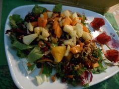 Πράσινη σαλάτα με φρούτα Salad Recipes, Grains, Salads, Rice, Meat, Chicken, Food, Salad, Chopped Salads