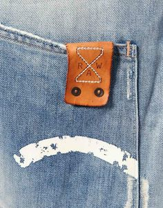 Leather patch with stitching incorporated well into the overall design. Textiles, Denim Fashion, Fashion Bags, Denim Vintage, Denim Ideas, Leather Label, Denim Branding, Raw Denim, Fashion Labels