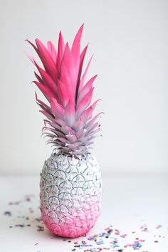 16 DIY Ombre Wedding Details to DYE For If you like piña coladas, you will love this idea. Use two different spray paints and cover a pineapple for a tropical dessert table or cocktail bar decoration. This is such a fun DIY project for a summer wedding. Diy Ombre, Cute Wallpapers, Wallpaper Backgrounds, Iphone Wallpaper, Pink Love, Pretty In Pink, Photo Trop Belle, Pineapple Wallpaper, Ideias Diy