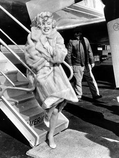 """Marilyn Monroe arrives in Chicago for the """"Some Like It Hot"""" roadshow, March Hollywood Glamour, Classic Hollywood, Old Hollywood, Hollywood Icons, Hollywood Actresses, Fabulous Furs, Norma Jeane, Its Cold Outside, How To Pose"""