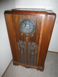 Lot #30 - Vintage Zenith Console Tube Radio - WORKING