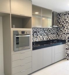 Black and white kitchen backsplash Kitchen Room Design, Kitchen Sets, Kitchen Interior, Interior Design Living Room, Kitchen Decor, Modern Kitchen Cabinets, Kitchen Backsplash, Beautiful Kitchens, Home Kitchens