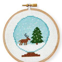 Kijk wat ik gevonden heb op Freubelweb.nl: een gratis borduurpatroon van Country Living om deze leuke kerst sneeuwbol te maken https://www.freubelweb.nl/freubel-zelf/gratis-borduurpatroon-sneeuwbol-rendier/
