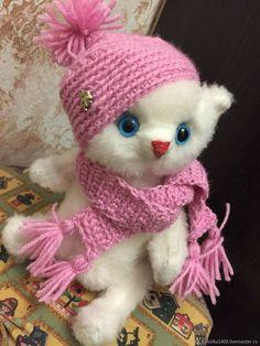 Мишка по имени Котик – купить в интернет-магазине на Ярмарке Мастеров с доставкой - EPCVTRU   Москва Mishka, Crochet Hats, Knitting Hats