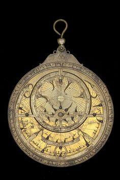 Date:1224/5 (A.H. 621). Maker:Muḥammad ibn Fattūḥ al-Khamā'irī. Place:Seville. Material:Brass. Astrolabe Catalogue Inventory no.50934. The zodiac on the rete is labelled: الحمل , الثور , الجوزا , السرطان , الاسد , السنبلة , الميزان , العقرب , القوس , الجدي , الدلو , الحوت .