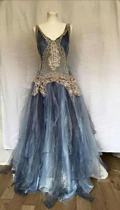 a dress ideal for a little girls to play dress-up with Vestidos Vintage, Vintage Gowns, Vintage Outfits, Pretty Outfits, Pretty Dresses, Cool Outfits, Beautiful Gowns, Beautiful Outfits, Look Boho Chic