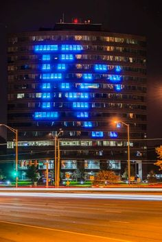 I loved seeing this on my way to work every night! The 7101 College Boulevard tower in Overland park used its massive, curved front face to support the Royals. Kc Royals Baseball, Baseball Tickets, Baseball Wall, Kansas City Missouri, Kansas City Royals, Overland Park Kansas, Baseball Pictures, Home Team, Sports
