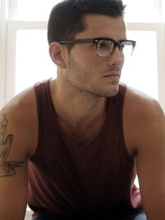 Love a man in nerd glasses, hot! Sunglasses For Your Face Shape, Bon Look, Mein Style, Raining Men, Mens Glasses, Nice Glasses, Men With Glasses, Classic Glasses, Glasses Style