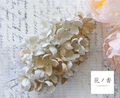 ドライフラワーの様なイメージの紫陽花のコサージュです。ベースにグレーベージュとベージュの落ち着いた色合いの木綿のやさしい雰囲気を生かした染色にしています。普段...|ハンドメイド、手作り、手仕事品の通販・販売・購入ならCreema。