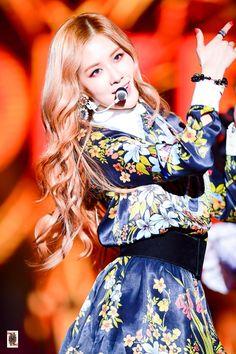 Love her with this curly hair! Kpop Girl Groups, Korean Girl Groups, Kpop Girls, Kim Jennie, 168, Peinados Pin Up, Kim Jisoo, Blackpink Fashion, Yg Entertainment