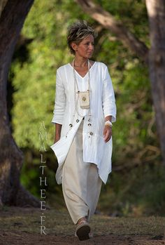 Our natural white linen shirt Emilie THE must have of this summer! Looks Hipster Haircuts For Men, Hipster Hairstyles, Mature Fashion, 60 Fashion, Vetement Hippie Chic, Expensive Suits, Womens Linen Clothing, White Linen Shirt, Holiday Outfits