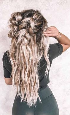 As fall is close, presently it is an ideal opportunity to separate your running or old haircut and begins relationship recently with the remarkable fa… - New Site Braided Ponytail Hairstyles, Bun Hairstyles For Long Hair, Romantic Hairstyles, Straight Hairstyles, Basic Hairstyles, Long Haircuts, Fall Hair Trends, Curls For Long Hair, Face Shape Hairstyles