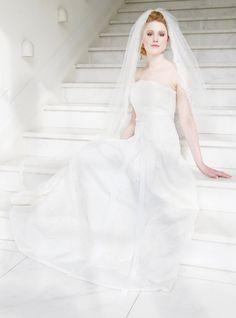 mona berg Kollektion 2015 - Klara; Trägerloses Brautkleid mit Kellerfalten. Die Spitze wird nach untern hin immer dichter und eine Schleife schmückt die Taille. Foto: Svea Ingwersen