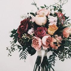 Romantic and feminine unstructured rose and peony bridal bouquet wedding flowers #weddingflowers