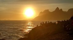 Sesión de fotos con los Dos Hermanos  #sunset #pordesol #travel #photography #rio #riodejaneiro #ipanema #sol #atardecer #instacool #soleil #sinfiltro #nofilters #morro #doisirmaos #errejota #rj