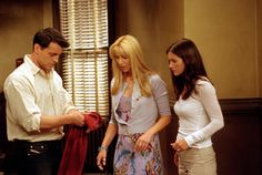 Joey, Phoebe, Monica ~ Friends Episode Pics ~ Season Episode The One With the Red Sweater Serie Friends, Friends Moments, Friends Tv Show, Friends Season 8, Friends Episodes, Monica Friends, Monica Gellar, Best Tv Shows, Red Sweaters