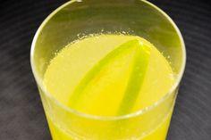Drink de Maçã verde e Pisco  1 maçã verde    1 colher (sopa) de limão siciliano (suco)    1 colher (sopa) de gengibre fresco ralado e espremido (utilizar apenas o suco)    2 doses (aproximadamente 100ml) de pisco (pode ser substituído por cachaça ou vodca)    4 pedras de gelo    Açúcar ou adoçante a gosto