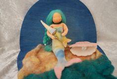 zeemeermin met turquoise haren - vilt popje, felt mermaid doll, seizoenstafel zomer, nature table summer - Het Vrolijke Nest