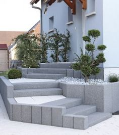 escalier exterieur At the moment, the small front garden looks bare and uncluttered: the owners of the House want an easy-care design for the alm. External Staircase, Small Front Gardens, Garden Stairs, Garden Floor, Outdoor Stairs, Concrete Steps, Wooden Staircases, Marquise, Backyard