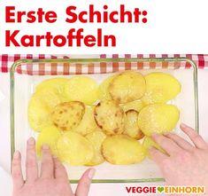 Unglaublich leckeres Rezept für griechische Moussaka: Der saftige Auflauf mit Auberginen, Kartoffeln und Tomatensoße ist vegetarisch und vegan. Der Auberginenauflauf mit veganem Hackfleisch ist ohne Fleisch und ohne Käse. Der Auflauf wird überbacken mit veganem Hefeschmelz mit Hefeflocken. Er ist super aromatisch und lecker! Ein tolles Mittag oder Abendessen, auch perfekt zum kochen für Gäste. #VeggieEinhorn #moussaka #vegetarisch #vegan #griechisch #aubergine #kartoffeln Super, Vegan Ground Beef, Souffle Dish, Browning, Potato