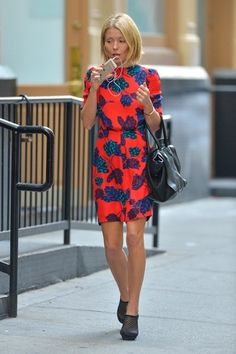 Kelly Ripa Photos - Kelly Ripa chats on the phone while taking a walk in SoHo. - Kelly Ripa Walks and Talks in NYC