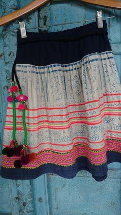 Hmong Handgemachte Vintage Batik Hilltribe Stoff Rock Boho Ethno Mode  Dies ist eine atemberaubende ethnischen Rock Designed und mit Vintage-Batik Stoff gemacht. Boho ethnischen, das sieht einzigartig und hat Qualität Feel, das Stoffe bearbeitet berühren nicht. Für das beste im Ethno-Stil Kleidung.  Messung: bis zu 28 von oben nach unten 19(49cm.)  ♥ Wir nun akzeptieren Kredit/Debit Karte direkt und Etsy-Geschenk-Gutscheine sowie Paypal so die Liebe des Stammes Qualität Handwerk zu…
