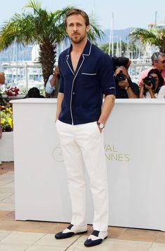 211264cea744 Tenue de Ryan Gosling  Chemise à manches longues bleu marine, Pantalon de  costume blanc