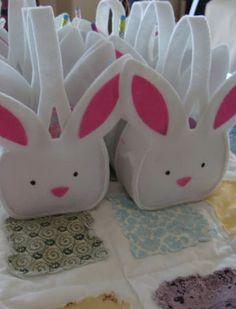 Outra inspiração para lembrancinha de páscoa é essas cestinhas de coelho feita de feltro.   Pode ser confeccionar também em EVA. Não ten...