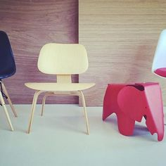 Diseño en miniatura⭐️ #Design #Vitra #chairs #saarinen #eames #thebestdesigners #architects #galansobriniarquitectos #miniaturas #diseñodemobiliario #lasmejorespiezas Eames, Saarinen, Vitra Chair, Miniature Chair, Mini Chair, Chair Design, Stool, Dining Chairs, Mid Century