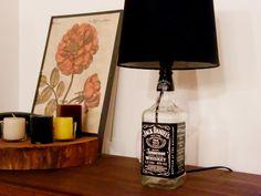 Para quem gosta da decoração estilo handmade, quereutiliza materiais e preza pela personalização artesanal da casa, aqui vai um passo a passo para fazer uma bela luminária ou abajur degarrafa de vidro. Você pode conferir o passo a passo da parte elétrica no post Como fazer um abajur com garrafa de vidro. Materiais Uma garrafa …Continue Lendo...