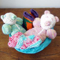 Superbe coffret pour petits jumeaux ! Tout est tricoté main en Inde sur la base du commerce équitable. http://www.petitscitoyensdumonde.com/fr/205-mode-ethique-coffret-tricote-jumeaux.html