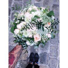 Le bouquet et les pieds. Très répendu sur les réseaux sociaux, mais qui permet de varier les styles selon les chaussures et le sol  tout en conservant une unité graphique de votre album ;)📷 Crédit photo instagram @eloyse_la_houlette