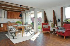intérieur moderne chaises rouges, tapis beige, sol en parquet, tapis beige, fauteuil rouge