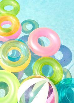 Des bouées ludiques et colorées pour la piscine