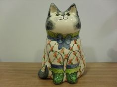 Joan De Bethel Cat 1984 Rye Pottery Sussex Hand Painted 5 inch's in Height Condition is Excellent No damage but glaze a little lined as would be expected from age of this piece. Green Glass Eyes - a. Rye Sussex, Cat Statue, Cat Art, Amazing Art, Pottery, Hand Painted, Signs, Cats, Statues