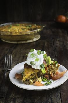 This Low-Carb Crustless Taco Pie makes an easy spicy dinner. It's crustless, so not only is it low-carb, it's also gluten-free and grain-free. This crustless quiche can work in low-carb… Ketogenic Recipes, Low Carb Recipes, Beef Recipes, Cooking Recipes, Healthy Recipes, Keto Foods, Diabetic Recipes, Ketogenic Diet, Banting Diet