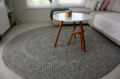 alice brans posted zpagetti hoooked carpet to their -crochet ideas and tips- postboard via the Juxtapost bookmarklet. Crochet Carpet, Crochet Home, Diy Carpet, Rugs On Carpet, Diy Deco Rangement, Diy Tricot Crochet, Knit Rug, Fabric Yarn, T Shirt Yarn