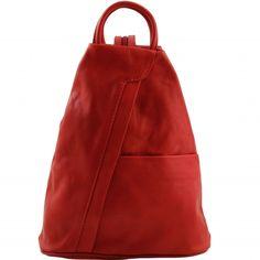 Rote Leder Rucksack. Die Leder Rucktasche hat eine sanfte Struktur.Der Rucksack hat ein offenes Fach auf der Vorderseite, Reissverschlussfach auf der Rückseite -