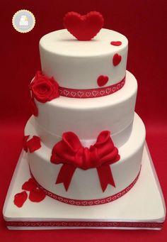 #Wedding cake thème #amour / rouge et blanc / sur 3 étages / #rose #coeur et…