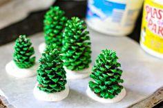 Hazlo tú mismo: pequeños árboles de Navidad con piñas